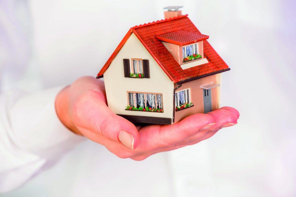 house-in-human-hands-PHVRPAZ